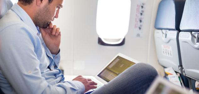 Mann auf Dienstreise im Flugzeug - diese Zeit ist wie Arbeitszeit zu vergüten entschied das Arbeitsgericht.
