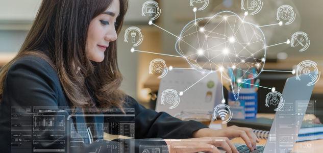 Arbeitnehmerin wird in ihrer Leistung durch künstliche Intelligenz überwacht, in dem Sie Office 365 benutzt.
