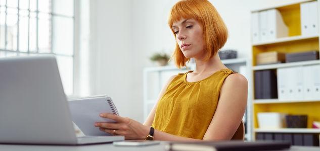 Betriebsrätin prüft die Lohn- und Gehaltslisten der Mitarbeiter/innen.