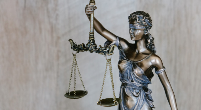 Justitia im Kampf gegen Corona